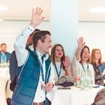Teilnehmende des HRcamps 2019 halten ihre Hände hoch