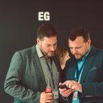 Zwei Teilnehmer des HRcamps 2019 tauschen ihre Kontakte aus