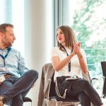 Zwei Teilnehmende des HRcamps 2019 unterhalten sich