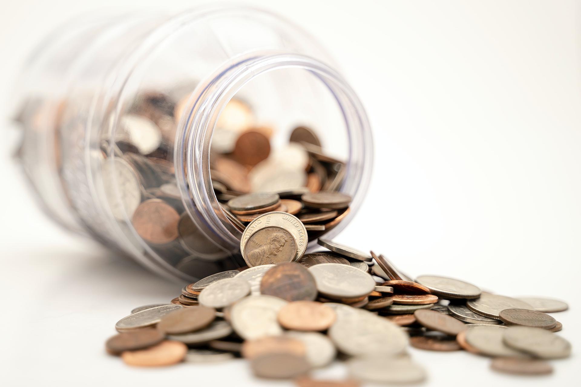 Glas gefüllt mit Geldmünzen symbolisiert Fördermöglichkeiten für Weiterbildungen