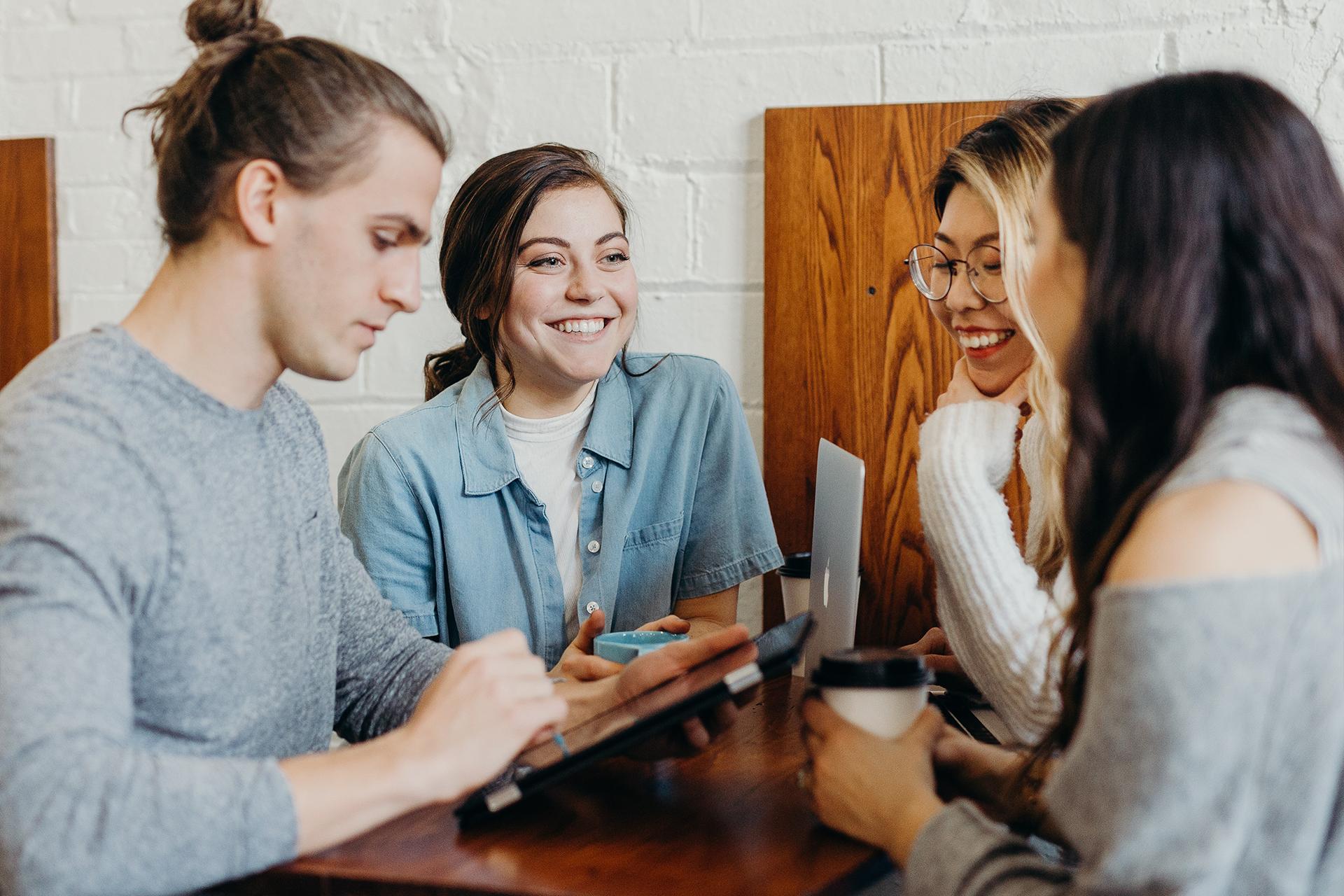 Personalfachkaufleute treffen sich in Cafe miteinander und führen Gespräch
